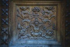 деревянное двери carvings старое стоковые изображения
