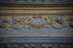 деревянное двери carvings старое стоковая фотография rf