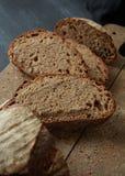 деревянное доски отрезанное хлебом стоковая фотография