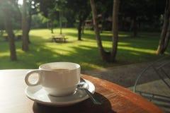 деревянное таблицы кофейной чашки белое Стоковое фото RF