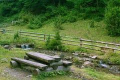 деревянное таблицы путя стенда изолированное клиппированием белое место для остатков на горах Стоковые Изображения RF