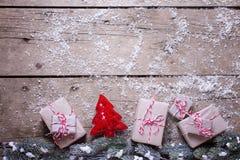 деревянное украшений рождества экологическое Граница от настоящих моментов, дерева меха и оформления Стоковые Изображения RF