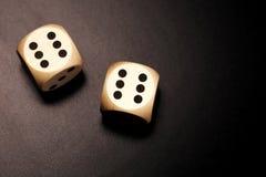 2 деревянное dices на черной предпосылке Стоковые Изображения