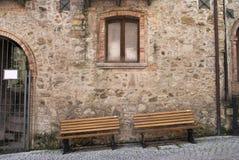 2 деревянной скамьи под старые окна Стоковые Изображения RF