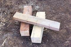 2 деревянные балки и отделки доски на чуть-чуть земле Стоковые Фото