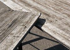 2 деревянные столы и тени grunge на асфальте Стоковые Фото