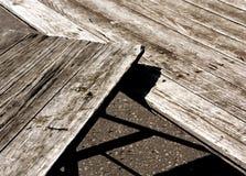 2 деревянные столы и тени grunge на асфальте Стоковые Фотографии RF