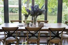 деревянные таблица и стул в столовой около окна с озером и Стоковые Изображения RF