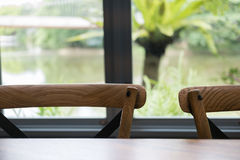 деревянные таблица и стул в столовой около окна с озером и Стоковая Фотография RF