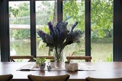 деревянные таблица и стул в столовой около окна с озером Стоковые Изображения RF