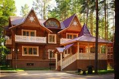 деревянный дом коттеджа на лете Стоковые Изображения