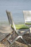 2 деревянных белых стуль на  h beaÑ Стоковые Изображения