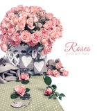 2 деревянных бирки сердца среди красивых розовых роз, космоса текста Стоковые Фотографии RF