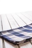 2 деревянных варя ложки на голубом полотенце на деревянном столе Стоковая Фотография