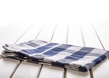 2 деревянных варя ложки на голубом полотенце на деревянном столе Стоковое Изображение RF