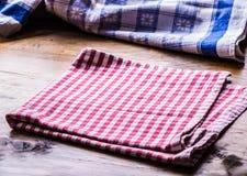 2 деревянных варя ложки на голубом полотенце на деревянном столе Стоковое фото RF