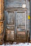 2 деревянных двери в старой стене города Разваленная старая Стоковое Изображение RF