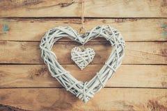 2 деревянных деревенских декоративных сердца вися на винтажное деревянном Стоковые Изображения