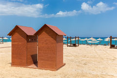 2 деревянных кабины пляжа на греческом побережье песка Стоковые Фотографии RF