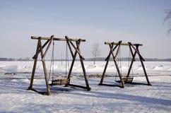 2 деревянных качания в парке зимы Стоковое Изображение