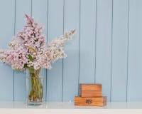 2 деревянных коробки и пука сирени Стоковая Фотография