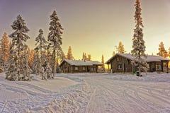 2 деревянных коттеджа на зиме Лапландии Стоковое Фото
