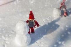 2 деревянных куклы на белом снеге Стоковая Фотография RF