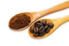 2 деревянных ложки, кофейные зерна и земной кофе Стоковые Фотографии RF