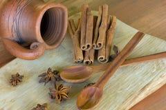 2 деревянных ложки, кувшин Стоковые Фото