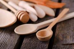2 деревянных ложки на старой доске Стоковое Фото