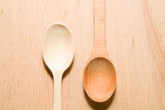2 деревянных ложки других цветов на поверхности Стоковые Фото