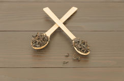 2 деревянных ложки с листьями чая Стоковое фото RF