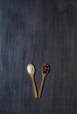 2 деревянных ложки с солью и перцем Стоковое Фото