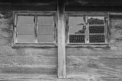 2 деревянных окна на очень старых зданиях Стоковое Изображение RF