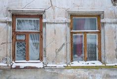 2 деревянных окна на старой стене Стоковая Фотография