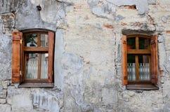 2 деревянных окна на старой ухудшенной стене Стоковое Фото