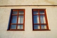 2 деревянных окна на стене Стоковая Фотография