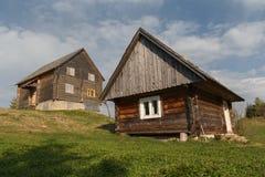 2 деревянных дома в деревне на солнечном луке Стоковые Изображения RF