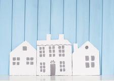 3 деревянных дома на книжных полках Стоковое фото RF