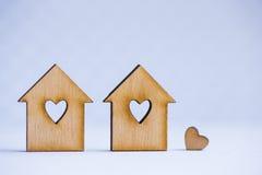 2 деревянных дома с отверстием в форме сердца с меньшим сердцем o Стоковые Фотографии RF