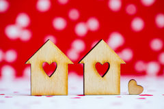 2 деревянных дома с отверстием в форме сердца с меньшим сердцем o Стоковая Фотография