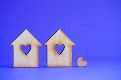 2 деревянных дома с отверстием в форме сердца с меньшим сердцем o Стоковое Изображение RF