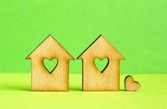 2 деревянных дома с отверстием в форме сердца с меньшим hea Стоковые Изображения RF