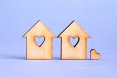 2 деревянных дома с отверстием в форме сердца с меньшим hea Стоковая Фотография