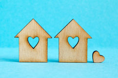 2 деревянных дома с отверстием в форме сердца с меньшим hea Стоковое Фото