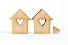 2 деревянных дома с отверстием в форме сердца с меньшим hea Стоковые Изображения