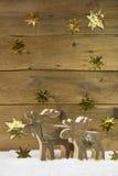 2 деревянных лося на деревянной предпосылке рождества Стоковые Фото