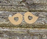 2 деревянных птицы с сердцами на деревянной предпосылке Стоковое Изображение RF