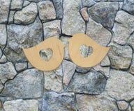 2 деревянных птицы с сердцами на каменной предпосылке Стоковое Изображение RF