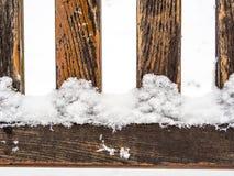 4 деревянных ранги или спицы покрытых с снегом Стоковое Фото
